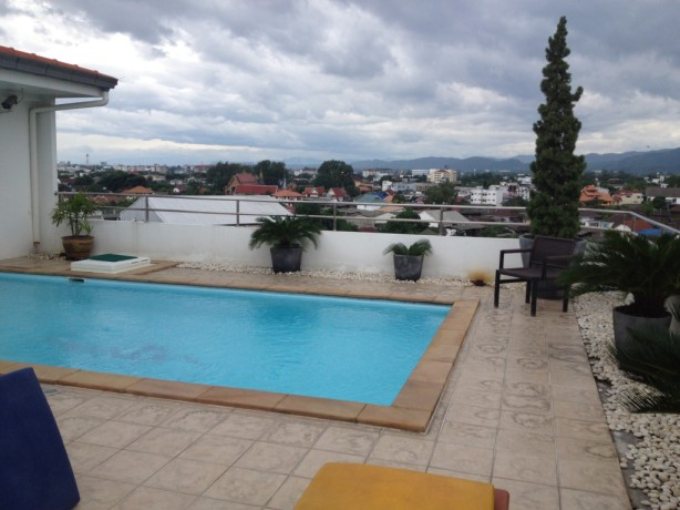 The rooftop pool at Smith Residence