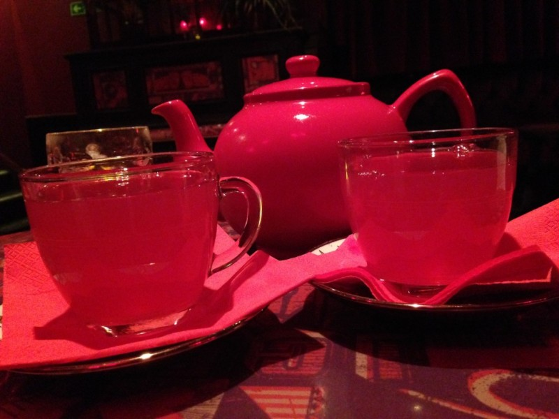 Teapot drinks at Art Cafe | Cool things to do in London via www.dtravelsround.com