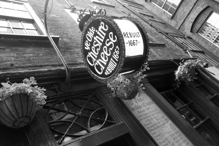 Ye Old Cheshire Cheese | Cool things to do in London via www.dtravelsround.com